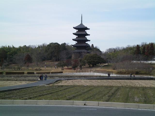 Pagoda en la ruta en bicicleta por la llanura de Kibi