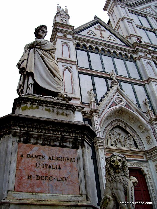 Estátua de Dante Alighieri em frente à Igreja de Santa Croce, Florença, Itália