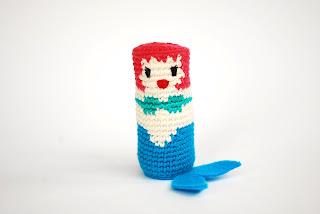 muñeco-giratorio-ganchillo-sirena-amigurumi-juguete-tradicional-artesano