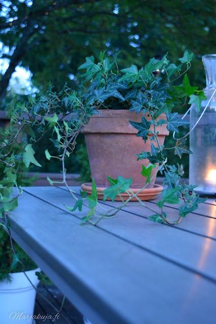 kaarna pöytä ruokailuryhmä terassi sisustus pihasisustaminen preeco hämärä elokuu ilta hyggeily hämärähyssy kynttilä lyhty