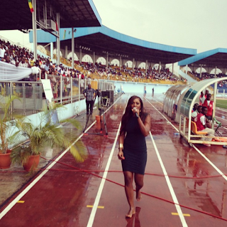 tiwa - PHOTOS: Tiwa Savage Performs in The Rain With No Shoes in Warri {via @naijacenter }