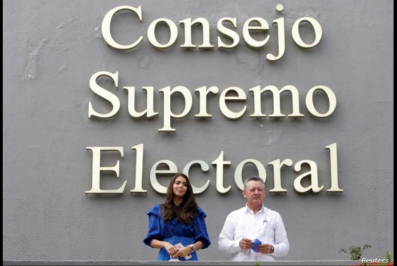 Oscar Sobalvarro, exjefe de la Resistencia Nicaragüense, y Berenice Quezada, ex candidata a la vicepresidencia y compañera de fórmula del partido Alianza Ciudadana por la Libertad (ACxL) al presentar su candidatura ante el CSE, el 2 de agosto de 2021 / REUTERS