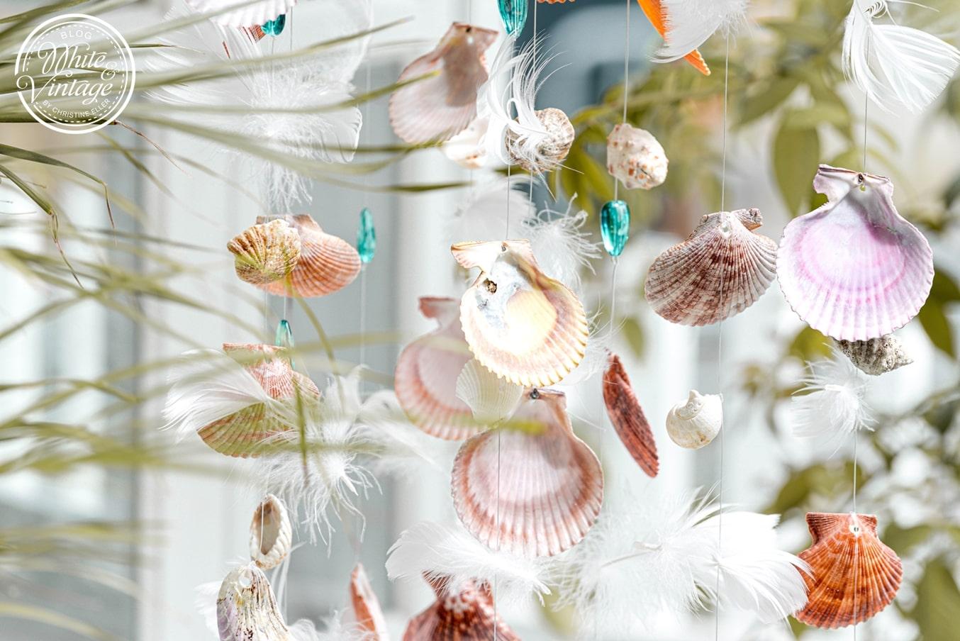 Windspiel aus Muscheln, Glassteinen und Federn selbermachen