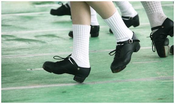 Irlantilaistinssin jalkojen asentoja jalkineiden koskettaessa sekä kantojen, että kärkien osaalta lattiaan...