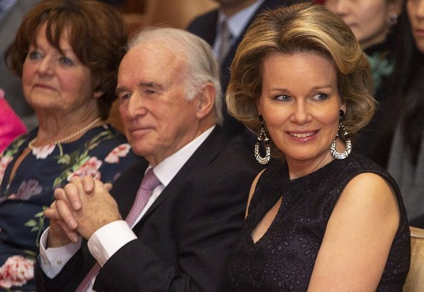 Queen Mathilde wore a navy blue lace zipper bridesmaid sleeveless midi dress