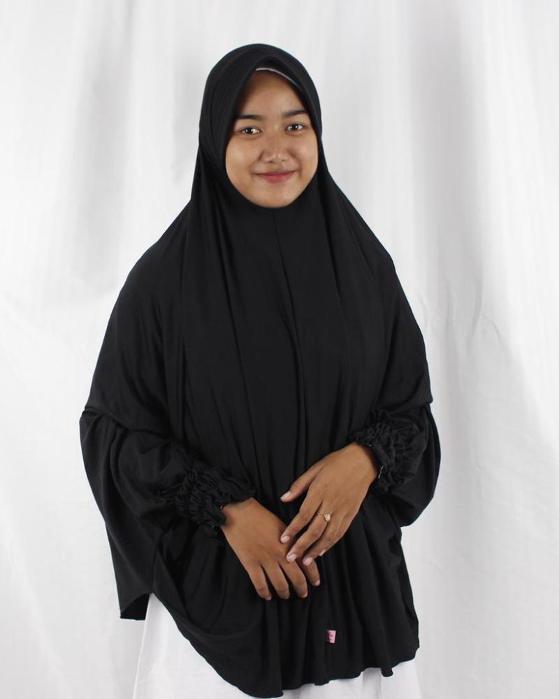 Jilbab Instan Syar'i cewek manis pakai Jilbab Instan Hitam