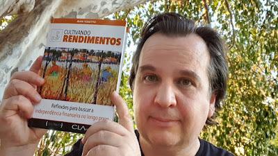 """O livro """"Cultivando Rendimentos"""" nas mãos do autor."""