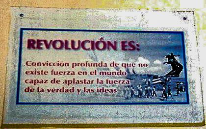 Lembrança da revolução Cubana em uma placa de rua em Santiago de Cuba