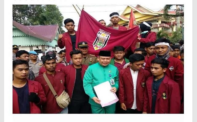 Demo Mahasiswa di DPRD Riau Usung Spanduk: Dollar Naik, Jokowi Turun