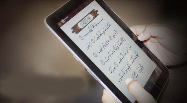 Hukum Membaca Tulisan Al-Quran / Mendengarkan Audio di Dalam HP