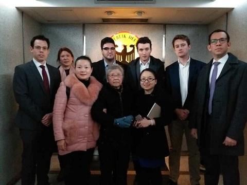 黄琦八十多岁老母亲蒲文清会见英、美、德、意、瑞五国驻成都领馆官员