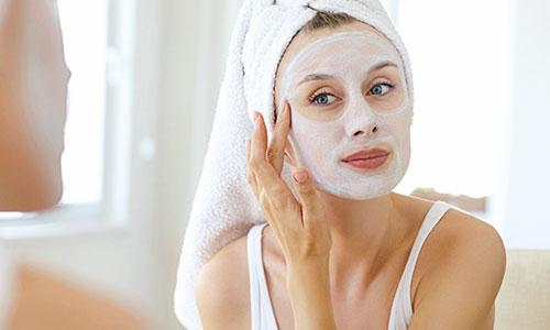 Chica apilcando la mascarilla después de ducharse