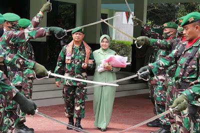 Letkol Inf Loka Jaya Sembada S.I.P bersama istri mengikuti prosesi pedang pora pelepasan dari Yonif 410/Alugoro Blora usai pisah sambut. Selasa (4/8/2020)