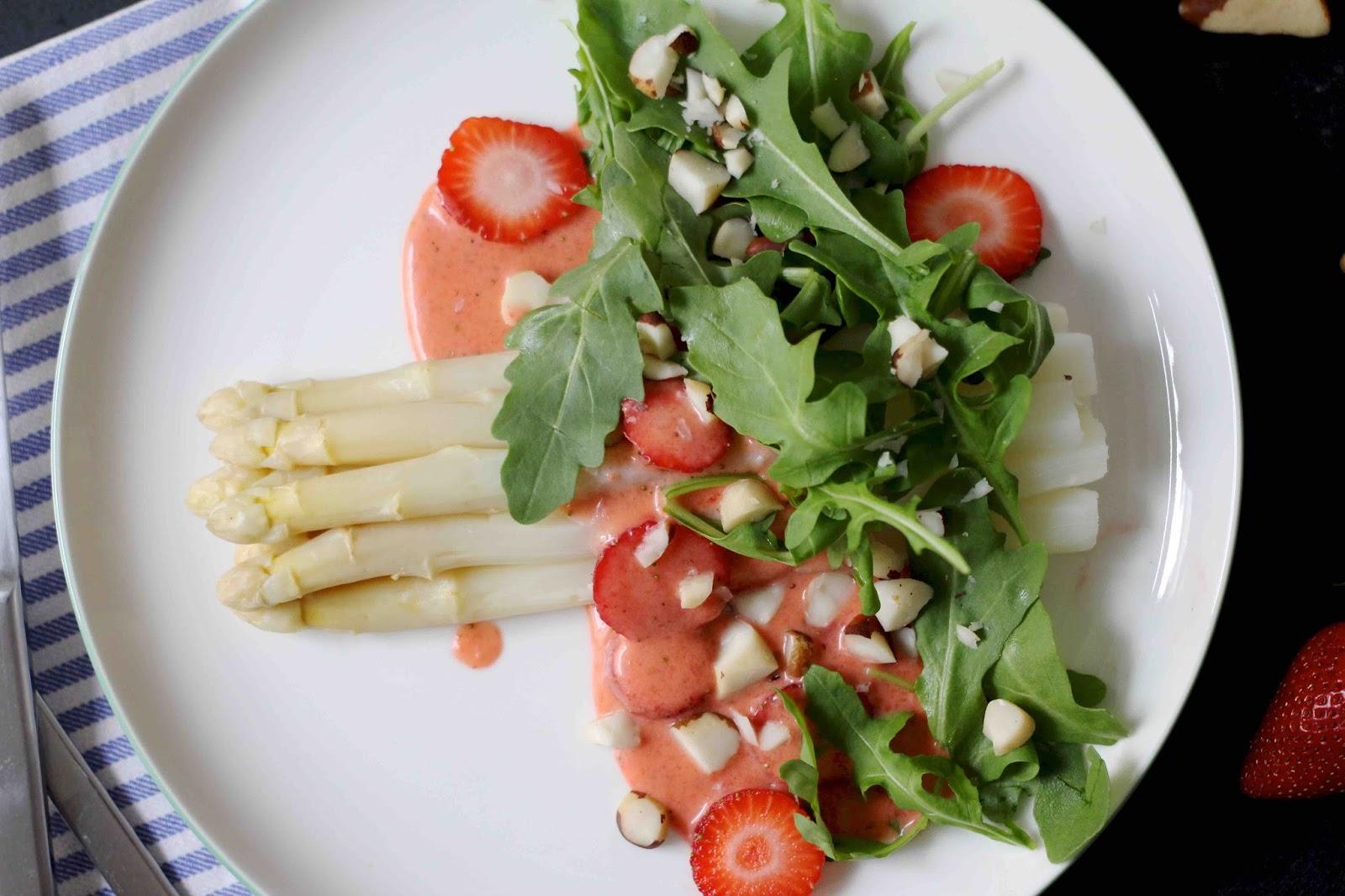 Spargel mit Rucola und Erdbeeren