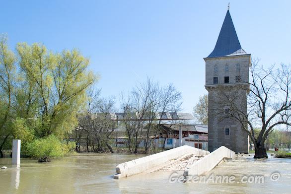 Taşmış Tunca nehri ve Sarayiçi'ndeki Mimar Sinan eseri divanın toplandığı Adalet kulesi, Edirne
