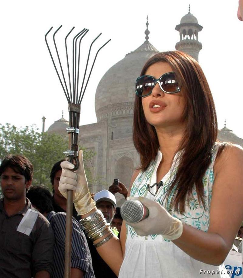 Beautiful Actress Portal: Priyanka Chopra Cleans The