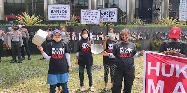 Geruduk Gedung KPK Sambil Bawa Panci, Emak-emak Minta Juliari Batubara Dihukum Mati