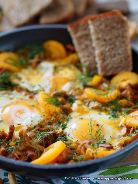 zolta szakszuka, sniadanie z patelni, zolte warzywa, kurki, jajka sadzone na warzywach, balagan na patelni, pomidory