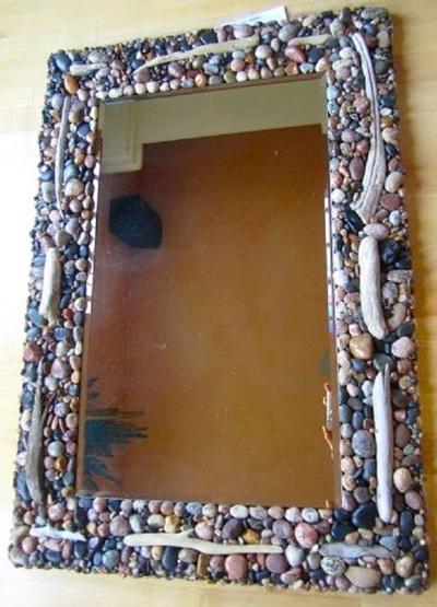 Bingkai cermin terbuat dari batu-batu