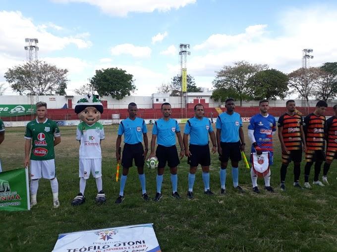 Com gol aos 50 do segundo tempo, Teófilo Otoni vence o Aranãs de Capelinha no jogo de ida da final