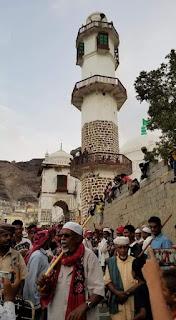 زيارة العيدروس في عدن جنوب اليمن واحتشاد المئات من المواطنين في مديرية كريتر صيرة لزيارة ضريح ولي الله الصالح الامام ابوبكر العيدروس