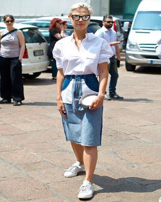 Outfit casual de verano con camisa, falda y tenis
