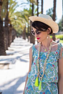 Opis na potrzeby wyszukiwania boho, summer, letnie sukienki, letnie stylizacje, sukienki na lato, hiszpania, wakacyjny styl, kobieta, kwiaty, sukienka w kwiaty, blog po 30 - tce