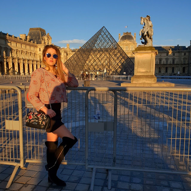Parigi, Museo del Louvre. Piramide di vetro (Pyramide du Louvre). Alessia Siena