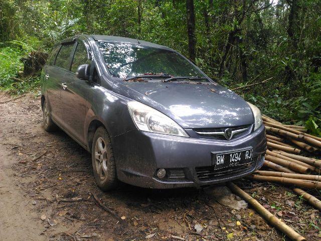 Mobil salah satu keluarga yang memilih tinggal di lokasi Hutan Sitahoan Dolok Sibolangit Nagori Sipangan Bolon, Kecamatan Girsang Sipangan Bolon