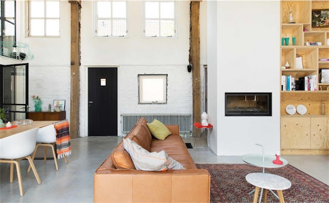 salon de inspiracion industrial con sofa de piel chicanddeco