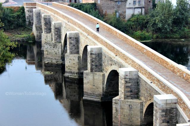 lugo-camino-de-santiago-primitivo-puente-romano-womantosantiago