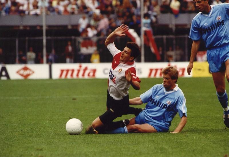 Erwin Koeman (PSV) met een overtreding op Ioan Sabau (Feyenoord)