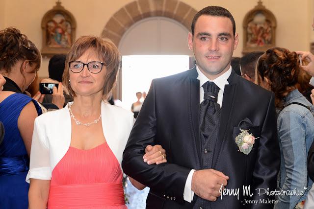 entrée dans l'église du marié au bras de sa maman