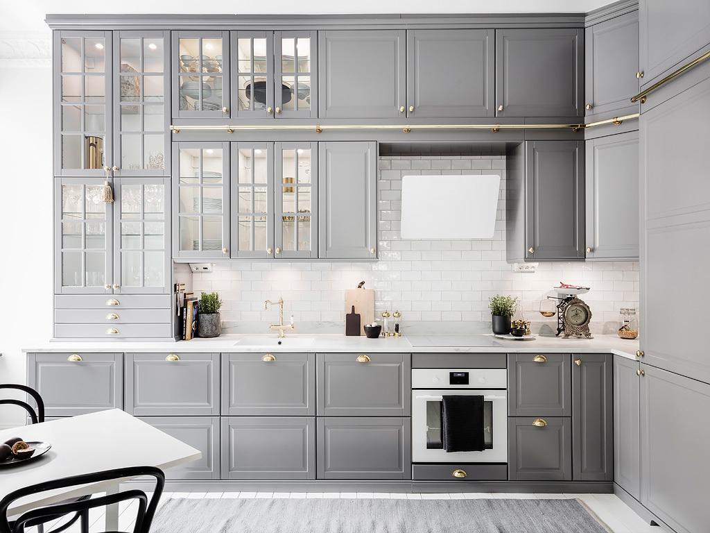 Bucătărie gri cu scară de acces într-un apartament de 82 m²