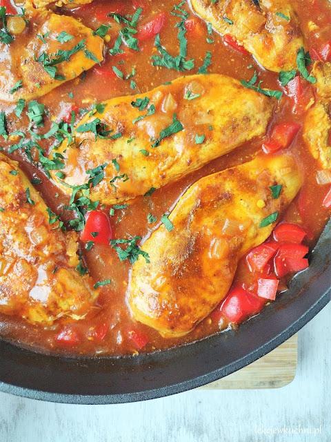 Kurczak w sosie pomidorowym z curry i papryką przepis