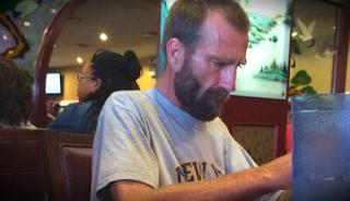 Διψασμένος άστεγος, ζητά νερό από εστιατόριο. Όταν του το αρνούνται, Δείτε ΤΙ γίνεται…