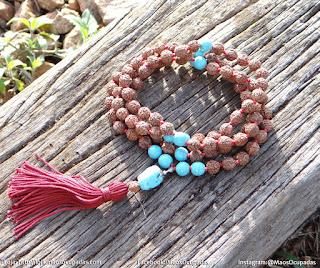 japamala de 108 contas feito com sementes de rudraksha e pedra turquesa