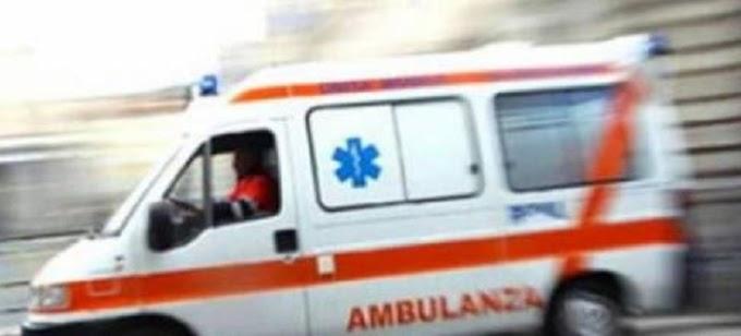 Litigano in strada e poi in clinica: tre feriti, uno è grave