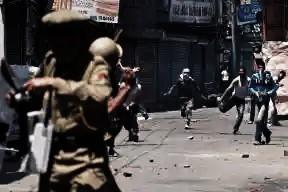 कश्मीर में हाई स्कूल फिर से खुल गए जहां प्रतिबंध हटा दिए गए हैं लेकिन छात्रों को दूर रखा गया है