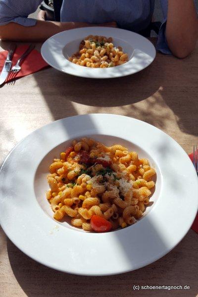 Vollkornpasta mit Mais und Tomaten im Mediterrane in Karlsruhe