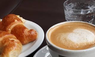 Café con leche con 3 medialunas en Buenos Aires.