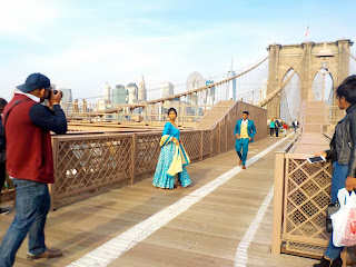 A couple photoshooting on Brooklyn bridge