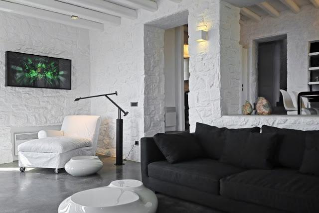 casa en serifos con interior en blanco y negro chicanddeco