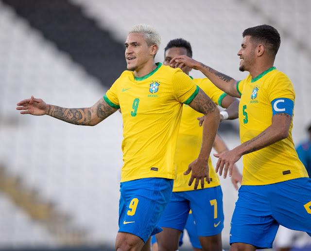 Pedro e Bruno Guimarães comemora gol do Brasil
