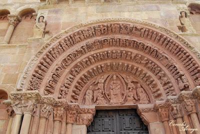 Imagen de las cuatro arquivoltas de puerta de entrada en la iglesia románica de Santo Domingo, Soria