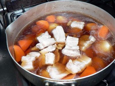 豚バラも鍋へ