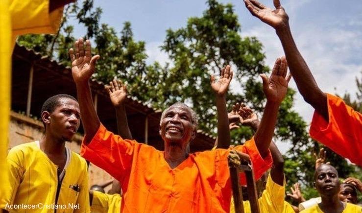 Presos se convierten a Cristo en Uganda