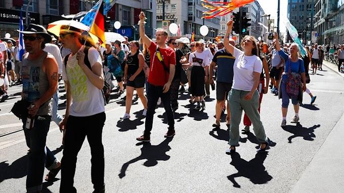 Γερμανοί διαδηλώνουν κατά των μέτρων της fake πανδημίας του κορωνοϊού