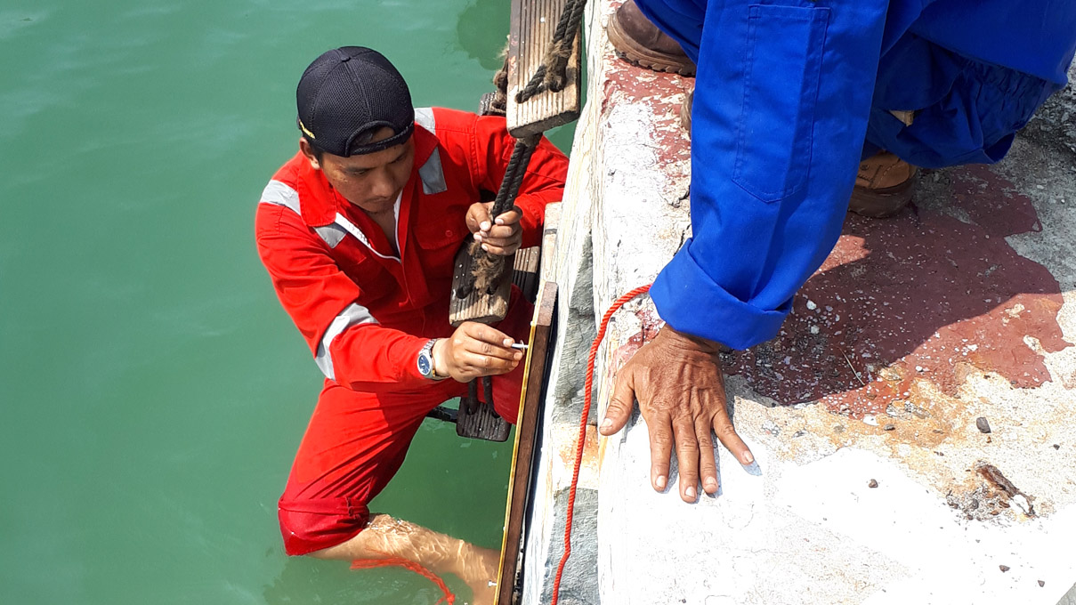 Instalasi Pemantauan di Pelabuhan Karang Jamuang, Jawa Timur