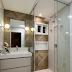 Banheiro pequeno e contemporâneo com cores neutras e porcelanato madeira!